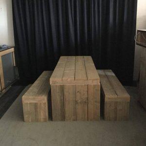 Steigerhouten tafel met banken